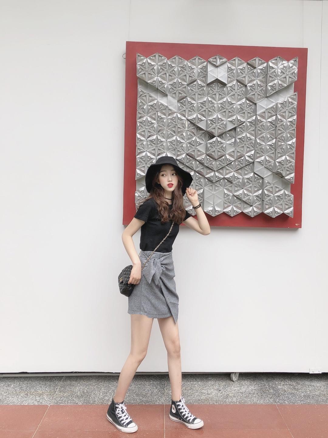 #收藏春装范本,出门立省10分钟#  今日分享一款适合职场又不显年龄的穿搭 黑色配灰色是很舒服的一个搭配  这款半身裙超级推荐 系带的设计很有特色