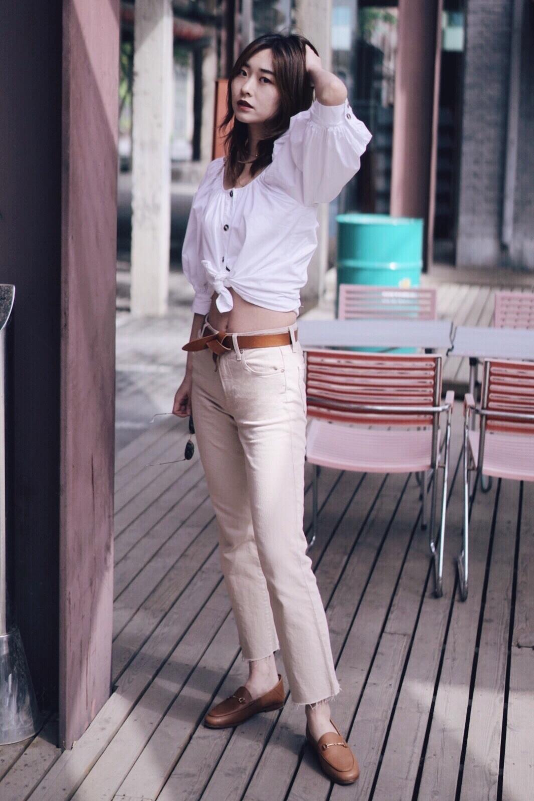 #30℃入夏穿搭示范# 天气越来越热了 气质奶茶穿搭上线  👕上衣是非常喜欢的LPA 在简洁的设计中有很有小心机 比如比较宽大的泡泡袖设计 很有法式风情的味道 我更喜欢讲衣服下摆做一个打结的处理 提高身材比较 漏出腰部线条  👖第一次尝试穿裸色牛仔裤 意外的好看 气质满满 这条裤子来自新晋品牌trave 早早就种草了他家牛仔裤 据说非常适合亚洲人身型 这次入手的这条很惊喜 材质柔软 版型修身  🥿鞋子新入手乐福鞋 巨巨巨好穿 推荐给大家 包包是vintage lv 颜色和整体look还蛮和谐的