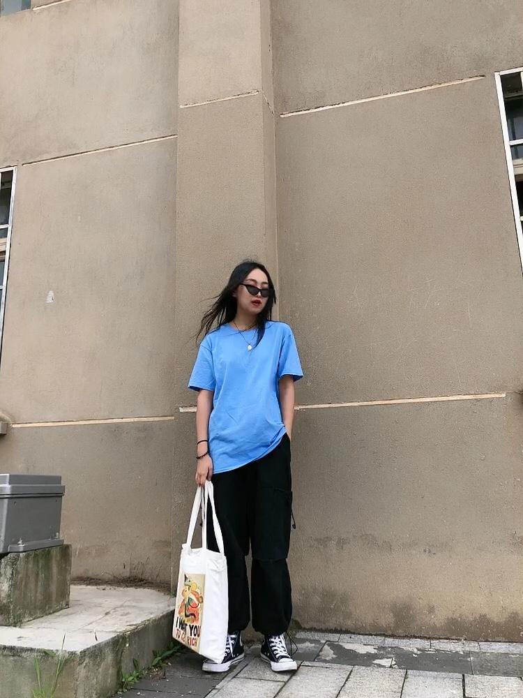 #大型T恤种草现场,慎点!#  湖蓝色真滴还挺显白的吖,算是众多T恤中比较亮的一个颜色了,虽然没有图案,但也挺简约的