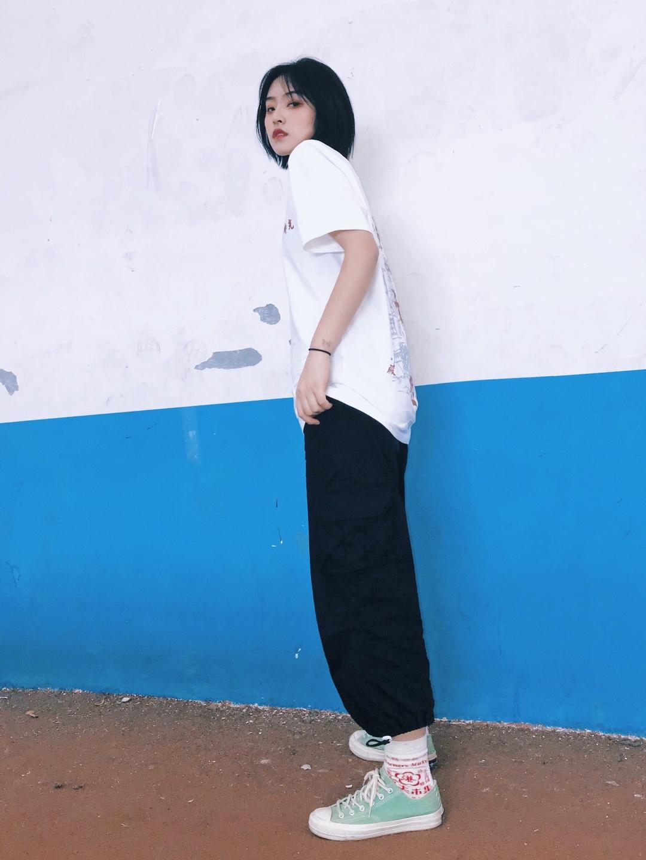 🖤芋泥穿搭分享🖤 上衣  巷子里印花白t 裤子  黑色工装裤 鞋子  匡威 #如何在夏天做一个瘦子?!# 白色t真的是百搭款了 背后的印花有种复古感 搭配一条短裤或者长裤都好看