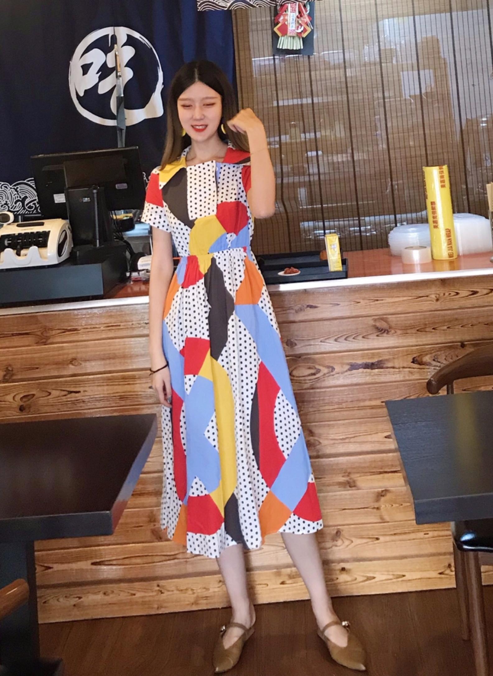 #自带十级瘦身特效的连衣裙#港风高腰长裙遮肉,复古的版型,浓烈的色彩才是夏天正确打开方式~ 🔸红黄蓝橘 单色的饱和度都很高,这几个大色块几何拼接在一起,中间还夹杂着波点,整体视觉上非常有活力,可以吸引目光,从而非常显瘦哦 🔺尤其是腰部的弹力橡筋,弹性超大~腰部肉肉的女孩子完全不担心,适合更多的身型!腰线提的很高,所以显腰细,长度盖住小腿,又可以遮住腿上的肉肉!真的像开了特效一样纤长苗条 🔹非常适合初夏,大方海军领➕大宽领襟 满满都是80年代的港风复古感 鞋子直接搭配暗一些(不和裙子抢风头)的尖头凉拖,绝对不会出错。 🔻非常非常适合度假⛱️拍照的裙子,复古,浪漫💕