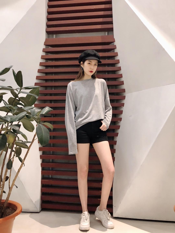 #永远18岁的仙女都在穿?# 简单随意的搭配 舒适感强 看着简单 其实肩部暗藏玄机 带一个平顶帽 增加造型感