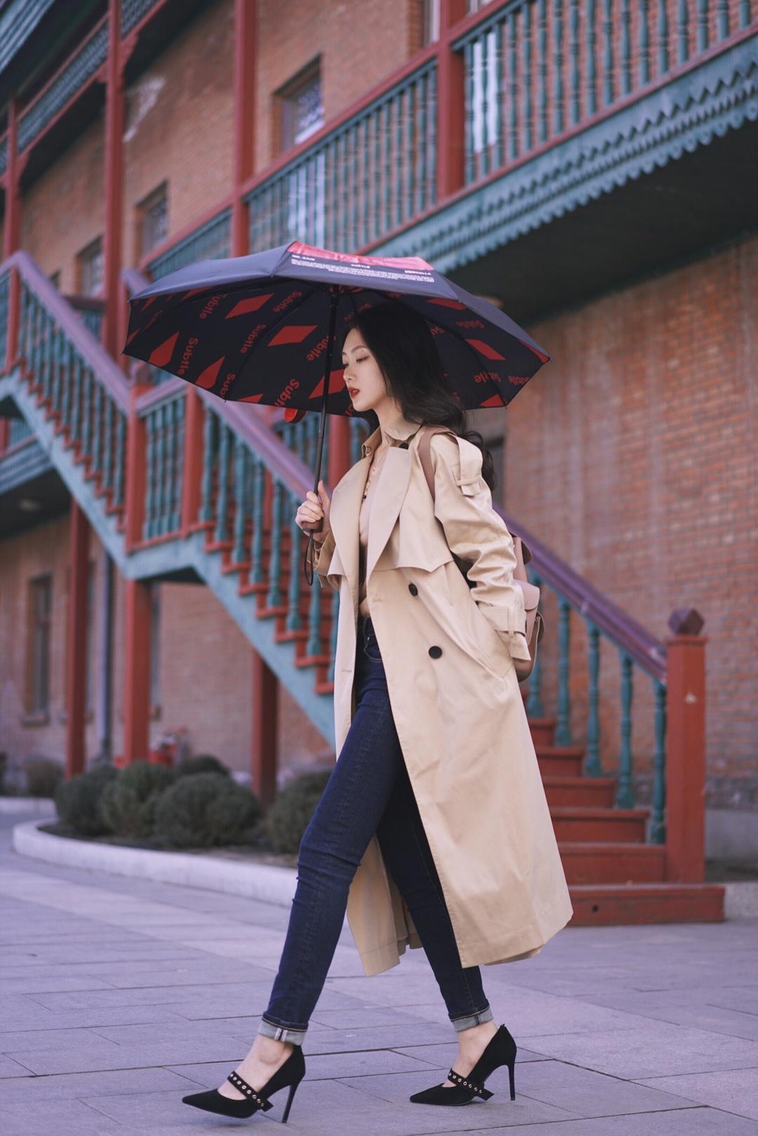 spdailylook | Day 129 风衣:ICY 裤子:ZUCCOS 鞋子:onesweek  【风衣雨伞装】 春雨季节一件经典长风衣绝对是实用又不出错的选择,刚经历过春分雨夹雪的我发现一把有型有设计感的晴雨伞不仅可以为我们遮风挡雨还能为穿搭增添一抹时髦感~  因为对防晒有要求 所以没有选择大家在拍照时会采用透明雨伞,而是选择了可以晴雨两用的黑底印花伞,伞篷内的字母印花同样可以满足上镜~和经典长风衣搭配气场超足 走路带风👌🏾 #五一小长假,出游穿搭看这里!#