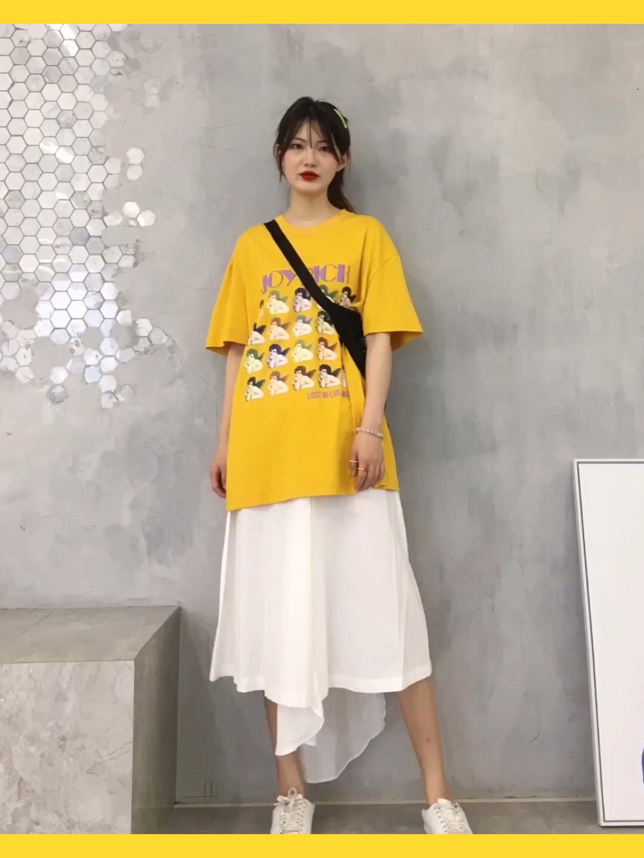 #五一小长假,出游穿搭看这里!# 黄色t:joyrich 白色长裙:vc 斜挎包:venven.net 白色运动鞋:H&M 🌸🌸🌸