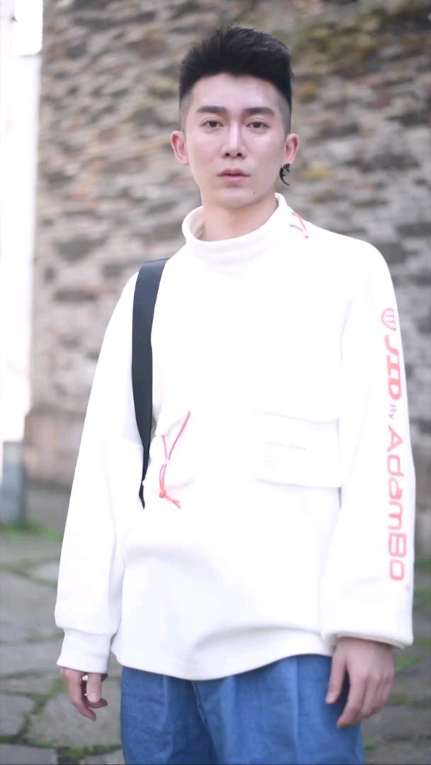 小哥哥全身上下最贵的单品竟然是它? #杭州#你们喜欢这种穿搭的男生吗?