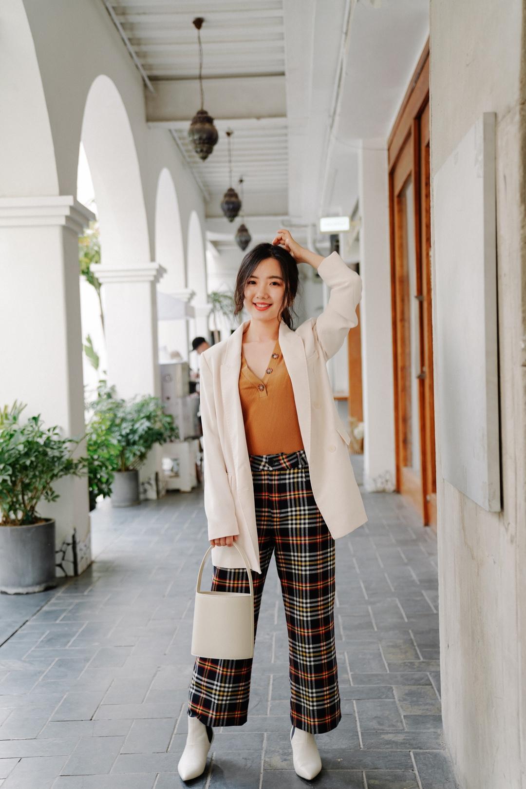小毛穿搭| 西装 趁夏天还没有真正来临,抓紧时间穿西装🤵  🤵白色西装外套是去年冬天的mango,还配了一根腰带,下次打算套装搭配再来一个 👖格纹裤也是去年冬天入的,来自永远有惊喜的zara,配色太喜欢了 👕纽扣上衣是很喜欢的法式品牌sezane 🥿小白靴是从冬天穿到春天的marie claire 👜水桶包staud,白色太适合春夏了 #小长假度假品牌上新#
