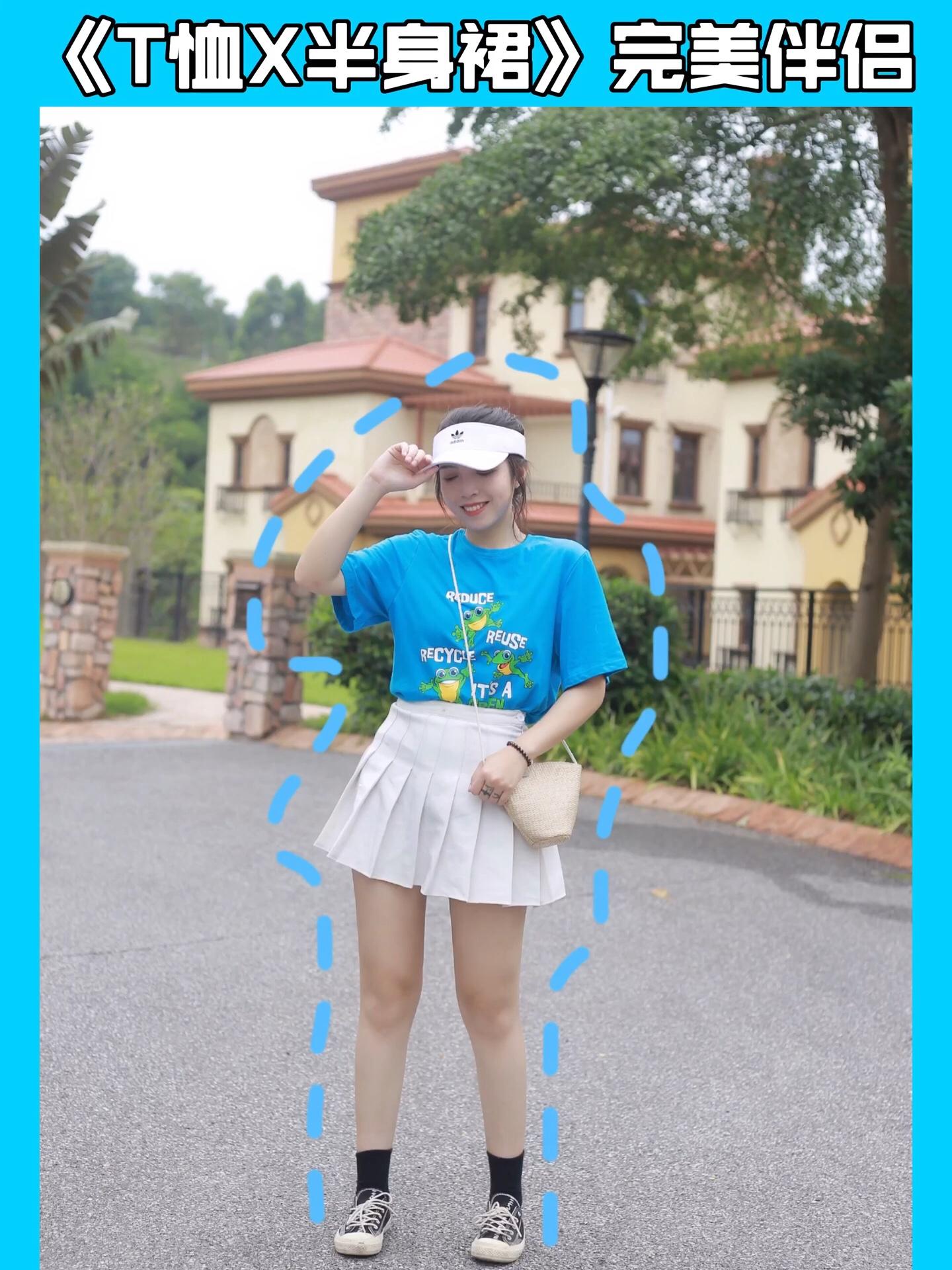 梨C日常穿搭 衣橱最近的新宠来了!这件T恤的图案真是萌到我了 搭配蓝色超减龄!还有显肤白! 蓝色T恤搭配白色百褶裙 简直天作之合!加一个白色运动风帽子 完美! #闺蜜团爆火秘诀:短款百褶裙!#