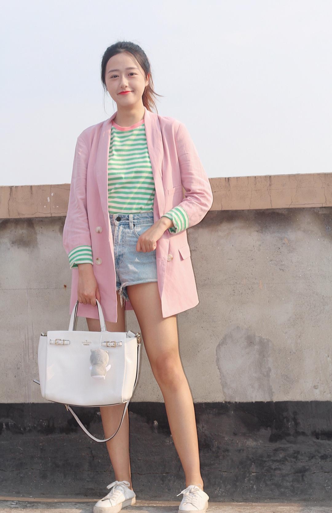 粉色撞绿色 谁说土呢 我看少女味十足 粉色是本人最喜欢的颜色之一 我用绿色条纹T恤搭配了粉色西装 里面内搭的圆领边是粉色的 形成相互呼应 活泼的出门啦 #五月day,愿你被温柔色的治愈#