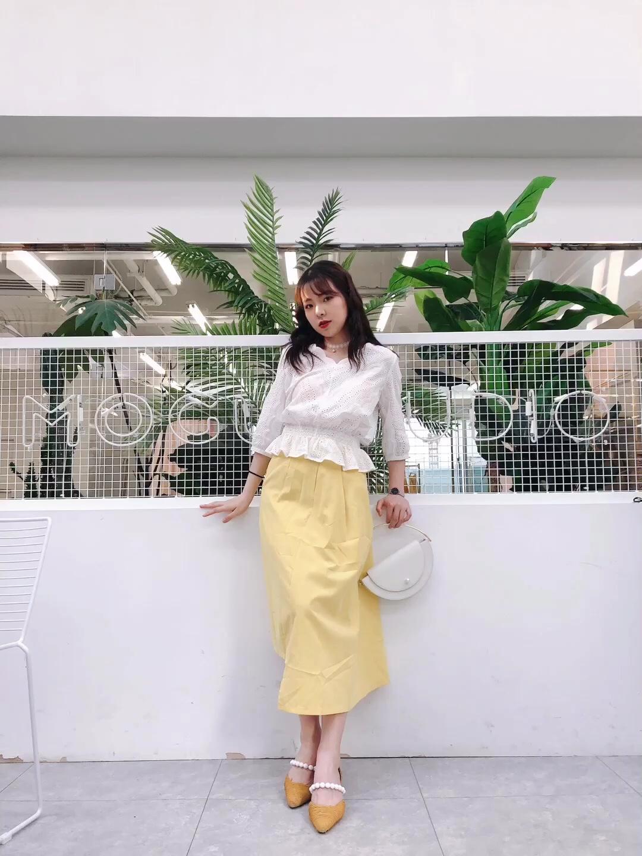 【超清新】 上衣:森马 裙子:CHAEBUBBLE 鞋子:IT'S TOASTED 包包:北山制包所 淡黄色是什么神仙显白色,适合大部分的小姐姐的颜色,因为原本比较亮,可以把肤色衬得很好看哦! 这件蕾丝的上衣也真的超级好看啦~很娴静的感觉! #半身裙最佳伴侣:T恤or衬衫#