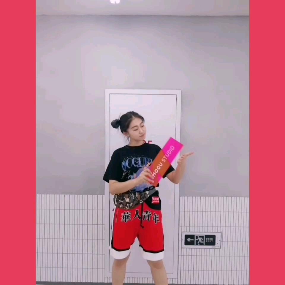 #MOGU STUDIO# 相当好看的华人青年黑t配红色短裤 五分裤的长度非常适合跨宽的妹子 很遮肉 同时也是一套很青春的穿搭