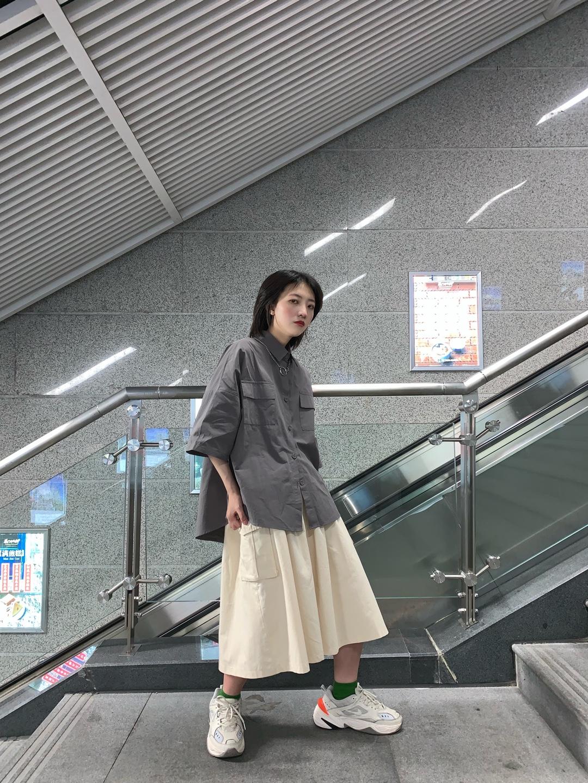 #半身裙最佳伴侣:T恤or衬衫# 这条裙子我爱了 最近真的超喜欢穿这种工装裙,搭配T恤或者衬衫都可以哦~ 而且颜色也没有限制的,无论什么颜色都完全ok! 衬衫里面也可以穿件短袖或者直接穿哦