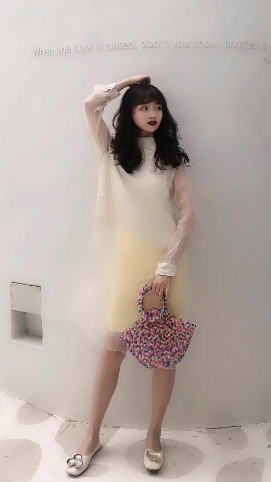 #夏日梨形身材急救方案# 🐤今日鹅黄色你喜欢吗? 内搭是ptree家的裙子内搭,颜色是今年的热门色号,外面的衬衣是微商购入哦,特别仙气的一款衬衣,而且真心好搭配!彩珠包包也是一大亮点哟🌈