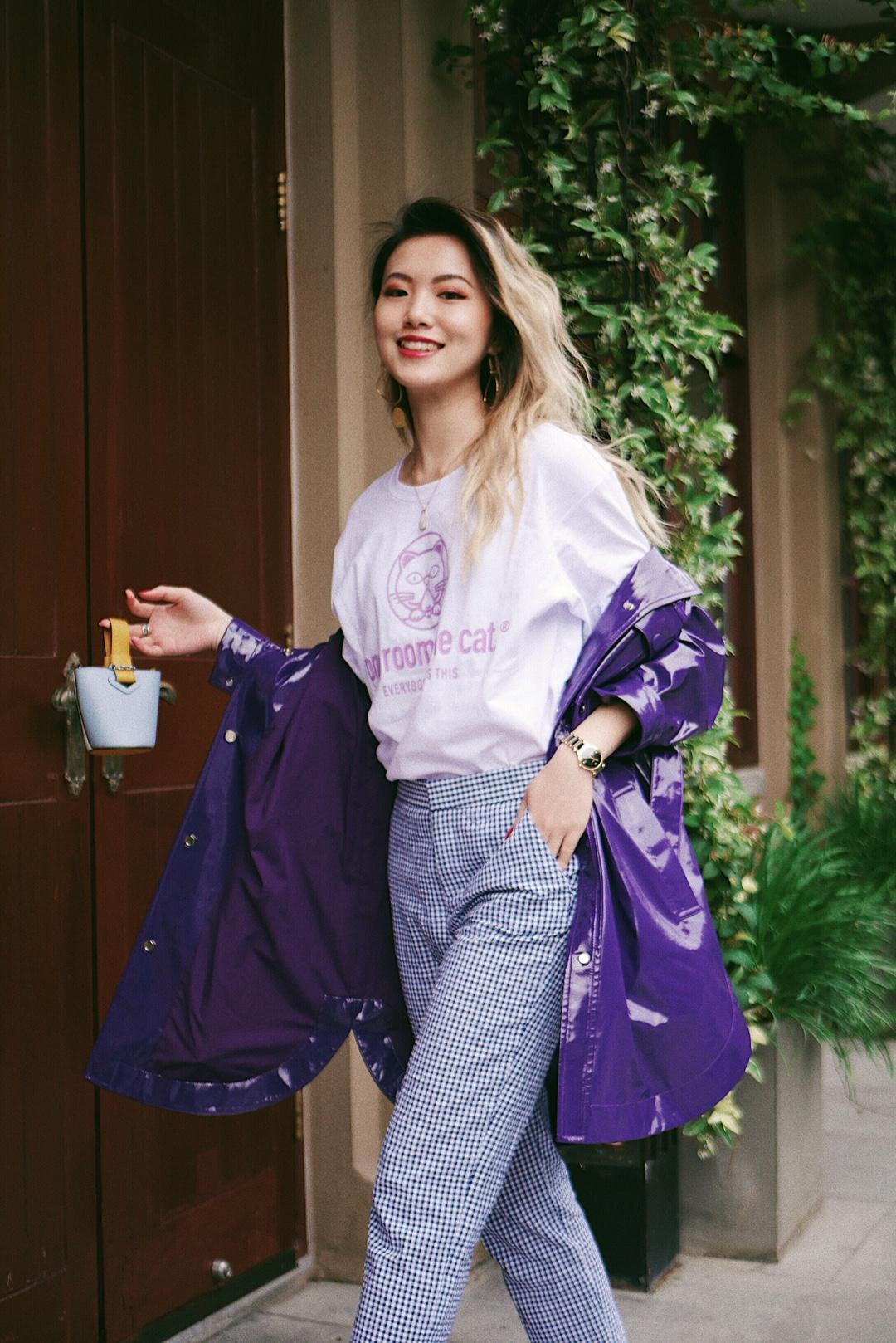 穿一件亮色系风衣,刷爆五一朋友圈 漆光的紫色风衣吸睛满分 酷到爆炸💥 内搭一件紫色印花白Tee更加清爽 选择同色调的蓝白格纹西裤,蓝色与紫色完美融合,白色也可以与T恤和高跟鞋相呼应 同样还是非常藏肉的一套look 如果觉得太酷的话 建议大家入一个迷你包 小到只能装可爱的mini包瞬间就能打破酷感的一身哦~ #可甜可盐一件T恤全hold住#