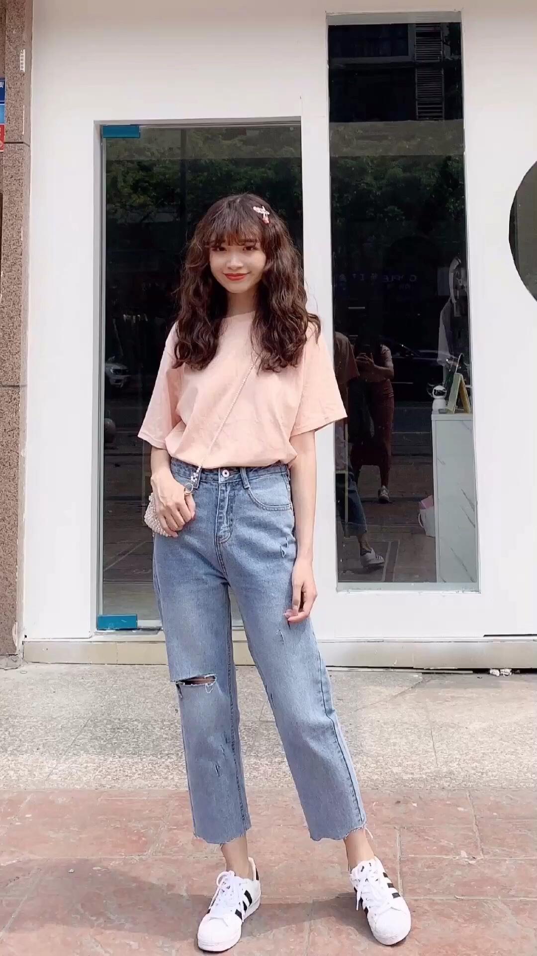 #请站队:哪种颜色代表夏天# 🌸粉红色,当之无愧的夏天色啦~搭配这个超可爱的串珠水晶包,无敌好看,少女心满满,这种长度的牛仔裤穿起来也很舒服的,但是不太适合臀部偏胖的MM哈🍉