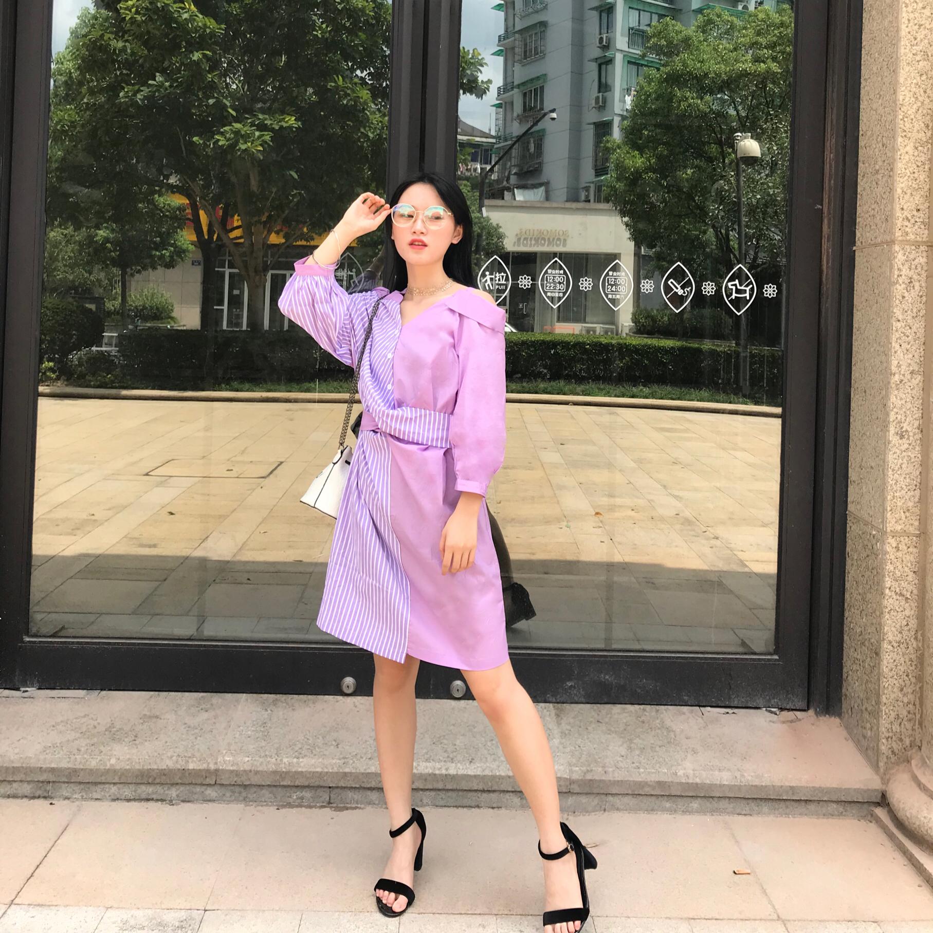 #夏日梨形身材急救方案# 紫色款也是夏天必入款 今日分享一条比较有设计感的一条裙子 衬衫条纹的拼接 加上不是完全漏肩的设计 胖mm完全可以入手哦~