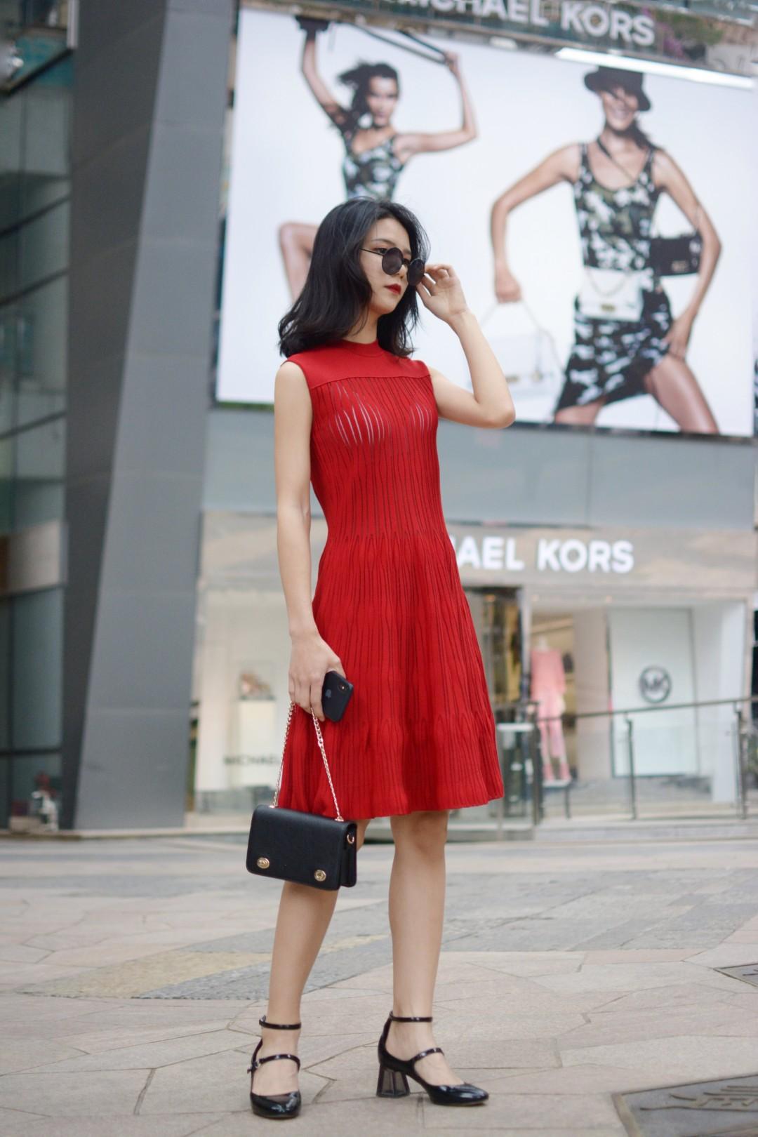 #请站队:哪种颜色代表夏天#  夏天不想要太费心~那么!连衣裙就是最好的选择 黄皮肤也不要抗拒穿鲜艳的红色呀 非常衬皮肤白 气质~搭配黑色的链条包