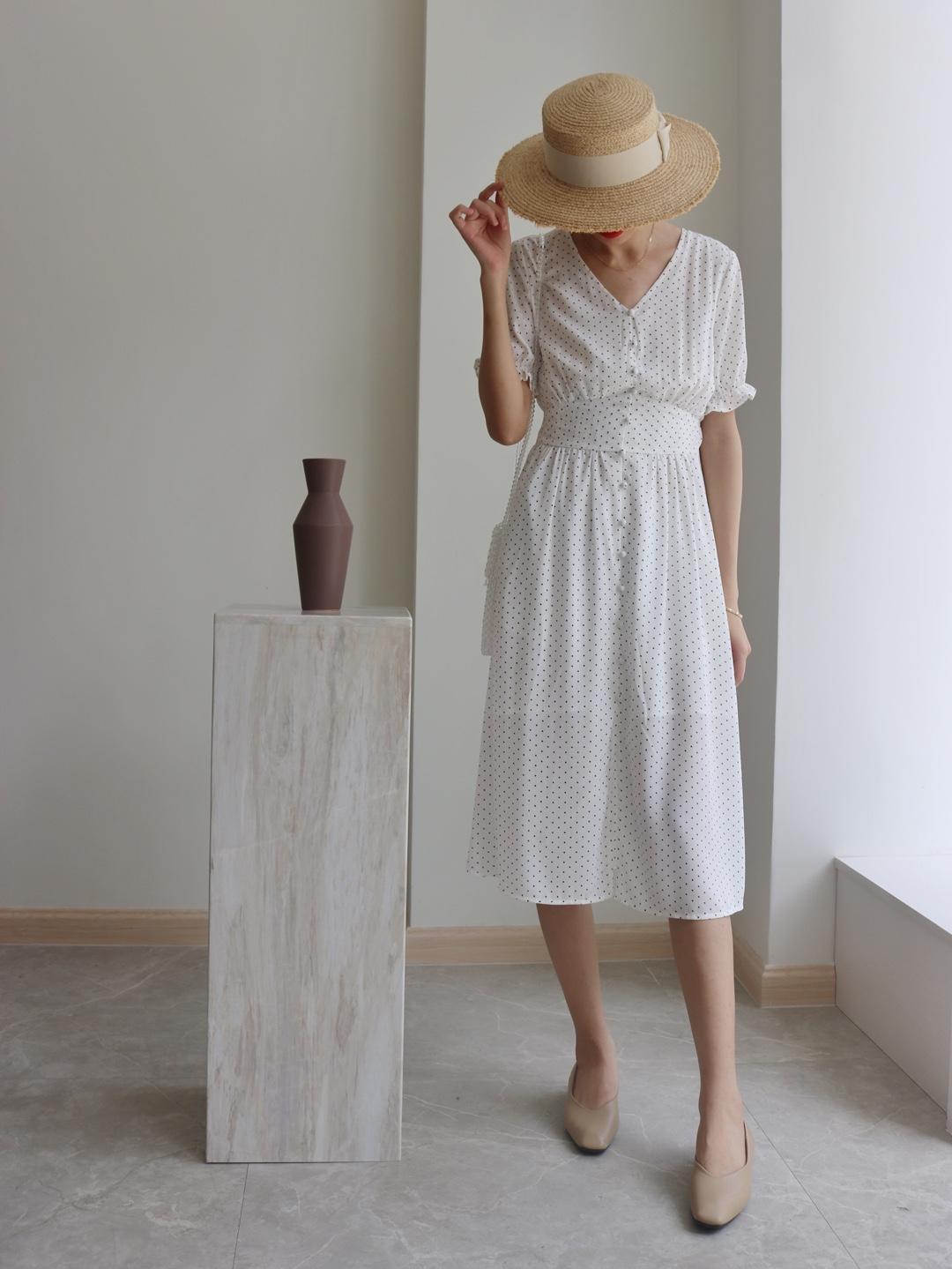 #小腿粗壮的穿搭拯救方案# 细细的波点图案 显得内敛文静🙊 连衣裙的长度见长辈也是比较合适的🐱 纯净的颜色 很温柔哦 收腰设计 梨形身材也好看🙈