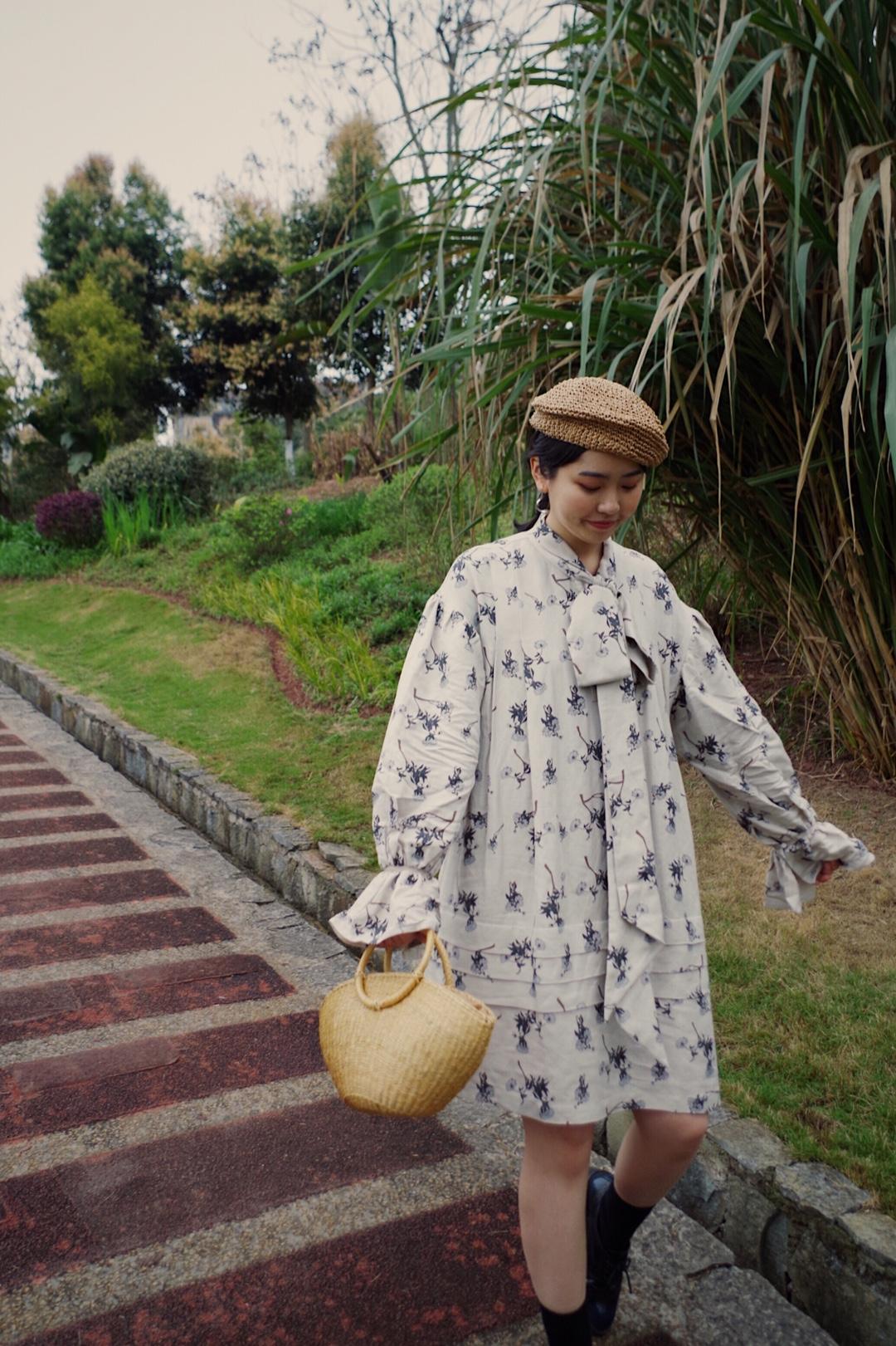 草编是春夏不能缺少的一个有趣元素,这一套的草编帽和草编包都是好看又实用类型,与碎花连衣裙搭在一起满满的复古小清新田园感,牛津鞋搭配黑袜子,又增添了一丝个性的英伦味道,走吧,我们去草坪野餐~#五一的桃花运一秒穿上身~#