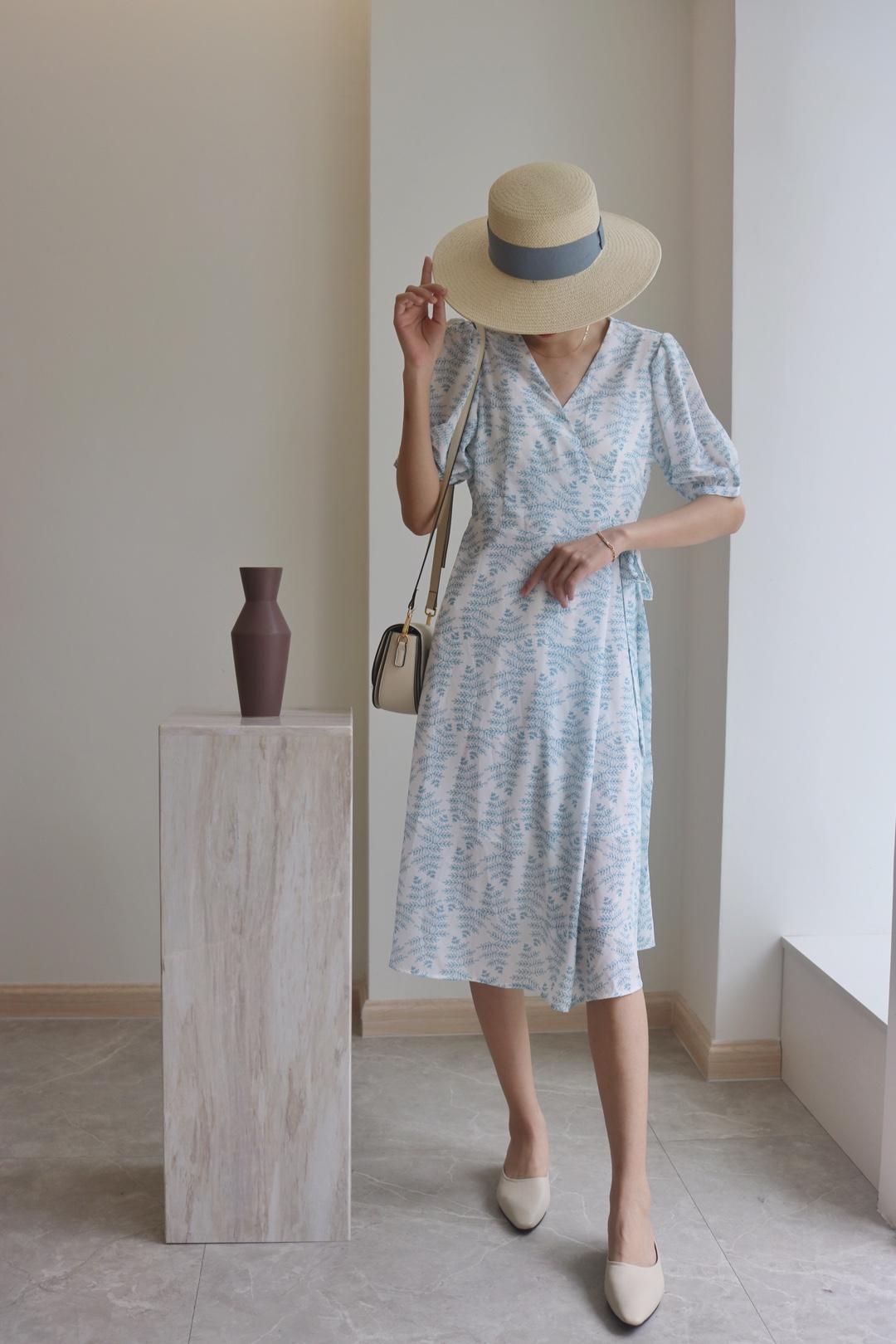 #盘点对梨形身材友好的裙子# 蓝色是很舒服的颜色💙 淡淡的蓝色花纹印在白裙子上 会很淡雅 也是过膝的长度 乖巧又好看的💓 收腰设计 隔壁绑带 小细节获人心 搭配单肩包 米色单鞋 整体就很温柔气质哦❤️