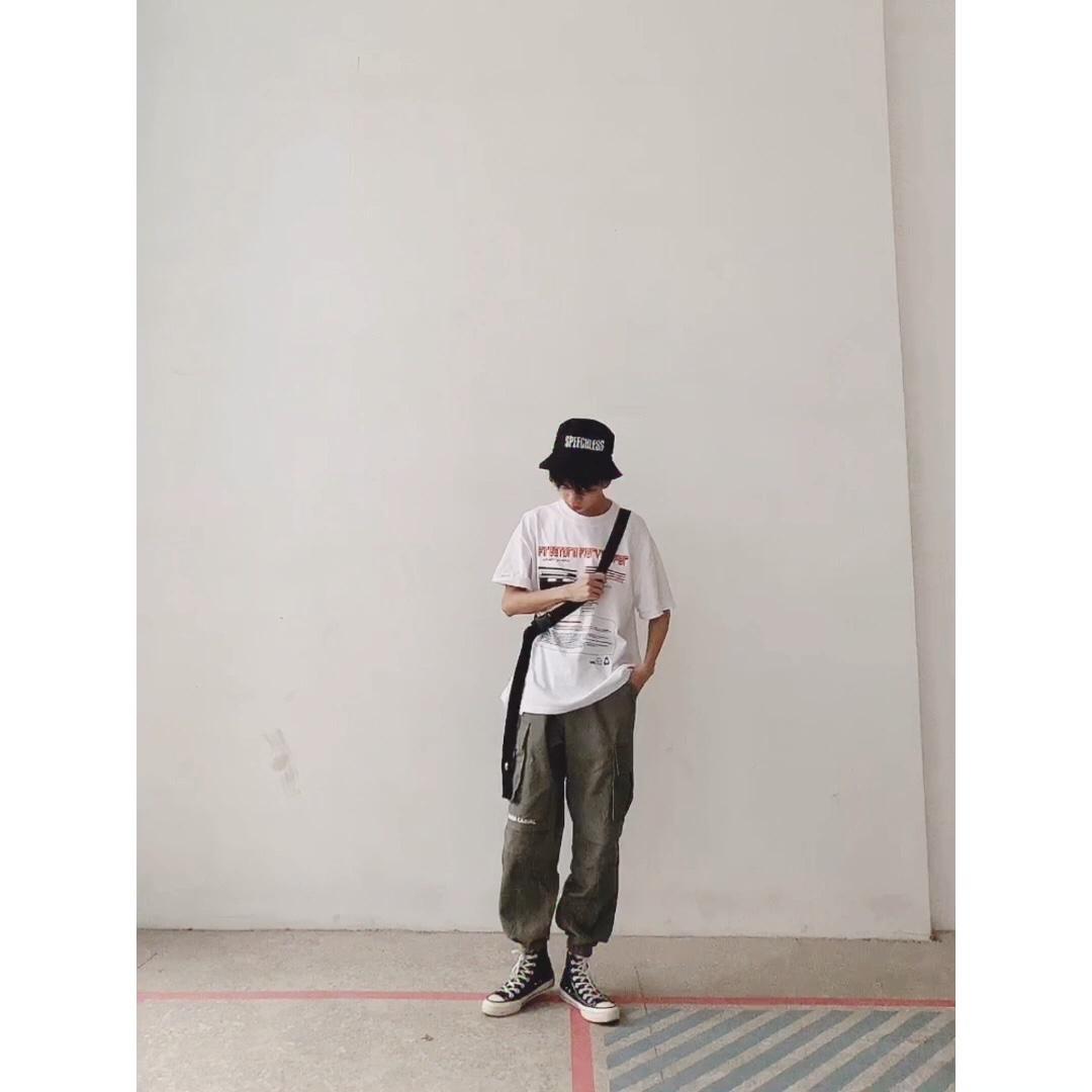 很酷的一套look 宽松的白t,潮酷的印花图案 拼色设计的工装裤 百搭匡威高帮鞋 渔夫帽 斜挎包 好看 #MOGU STUDIO#