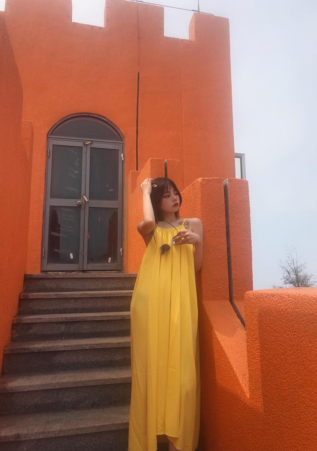 #小长假晒照,靠它赢遍朋友圈# 皮诺曹穿搭 身高163 体重92 度假必备长裙 色彩感也是满分 炒鸡显白显气色的一个黄色 搭配时尚的单品 就可以拍美美的照片发朋友圈啦
