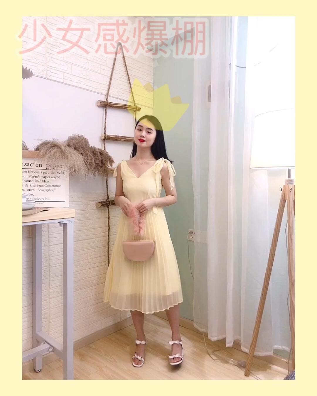 #少女感爆棚的日常打卡#  夏日穿搭|这件连衣裙非常有少女感  颜色也很明亮  给人一种小清新的感觉  搭配了一个粉色的手提包  和一双白色的高跟鞋  少女感无敌了  再别上一个珍珠发卡  减龄又温柔  这一套搭配也非常适合度假⛱️  拍照超级上镜👍
