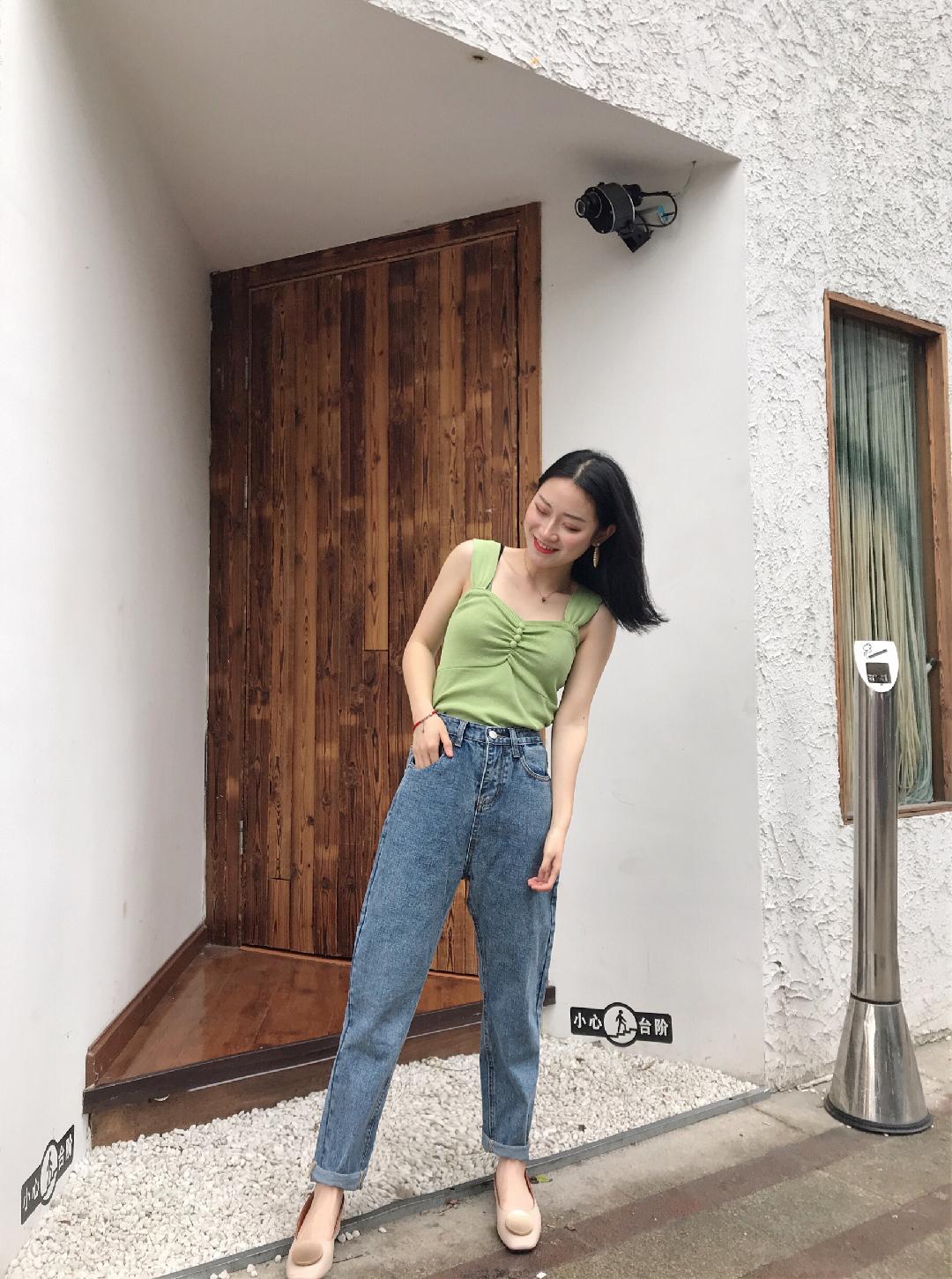 #少女感爆棚的日常打卡#南瓜穿搭 🔗 这种平价又好搭配的背心谁还没入手呀 搭配高腰小脚裤也是很显高显瘦哦 也是超级显腿直的 背心的背带和扣子也保留少女感~
