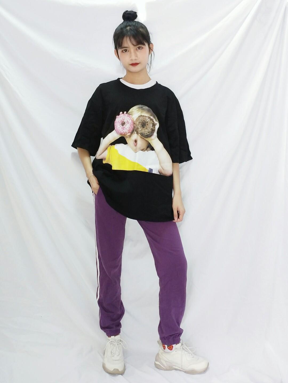 #小腿粗壮的穿搭拯救方案# 🌸里面一件白色oversized的T恤,外面一件甜甜圈图案的黑色oversizedT恤,叠穿法会更有层次感 🌸下身是一条紫色的三条杠运动长裤,黑色和紫色的搭配非常经典,可以完美的遮住大腿和小腿,显腿直 🌸穿上百搭增高老爹鞋,扎个丸子头,整个人看起来高了不少 🌸五一这身搭配穿去户外运动,方便舒服拍照又好看