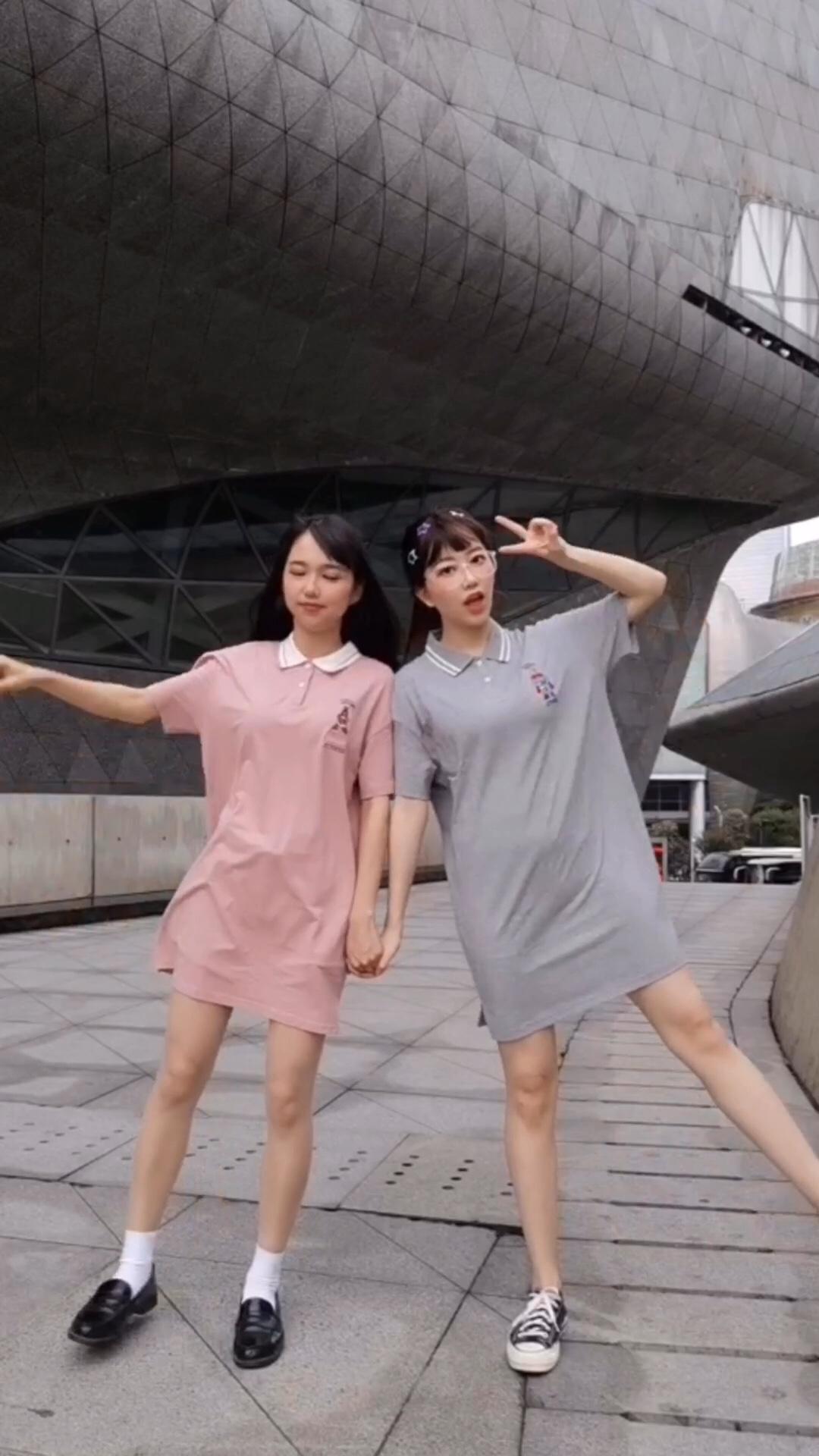 #请站队:哪种颜色代表夏天#粉色活泼可爱,灰色学院风十足,长度正好在膝盖上,显瘦又凉快舒适~
