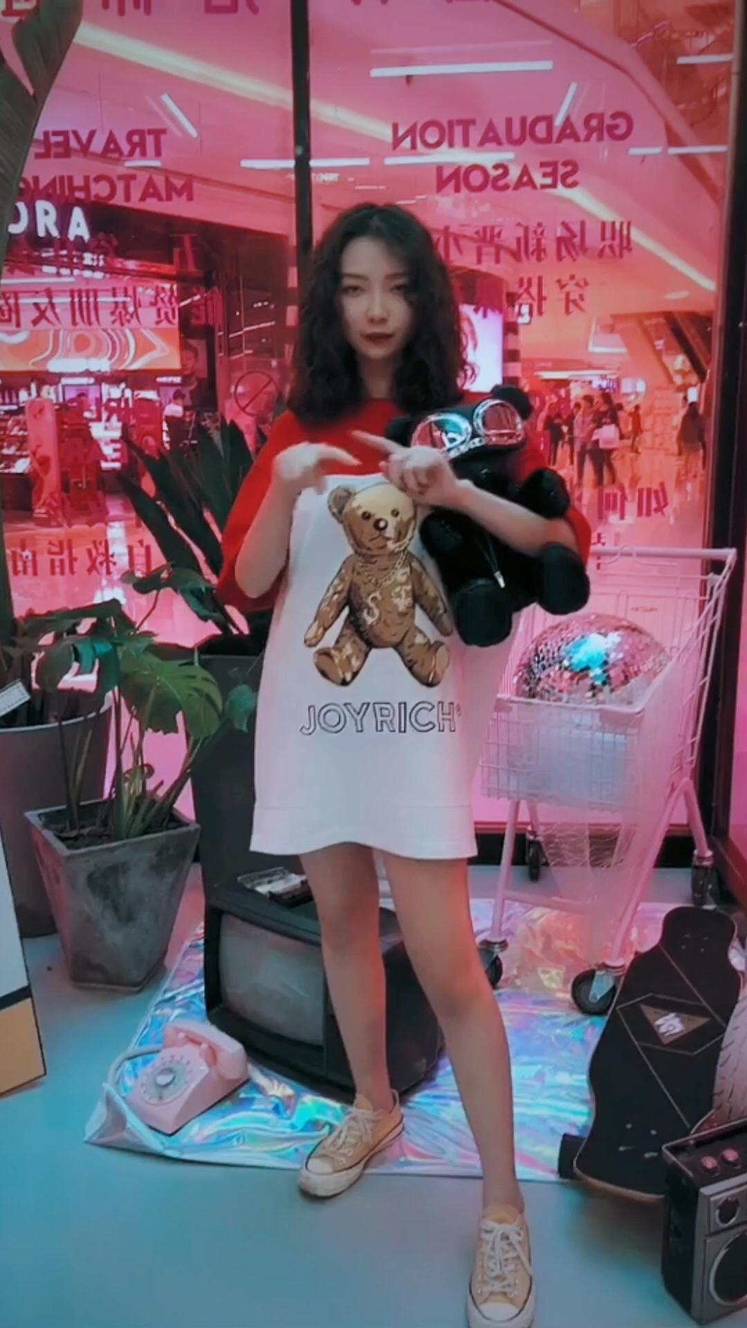 #MOGU STUDIO x 杭州大悦城 线下搭配店# 红色小熊长T恤 夏天最简单的搭配 应该就是长T当裙子穿的下半身隐身穿法 里面穿件热裤 尽情的露出大长腿吧
