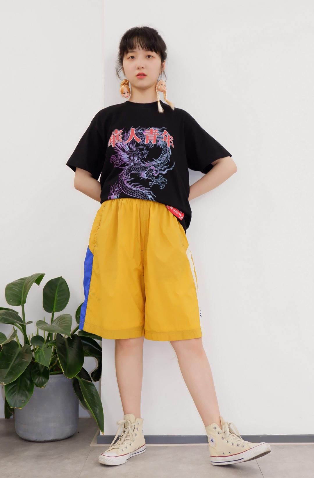 ✨✨✨ 酷酷的黑色T恤🐺 👼🏻搭配宽松运动短裤 活力满满 过一个帅气舒适的夏季吧😊 #可盐可甜一件T恤全hold住#