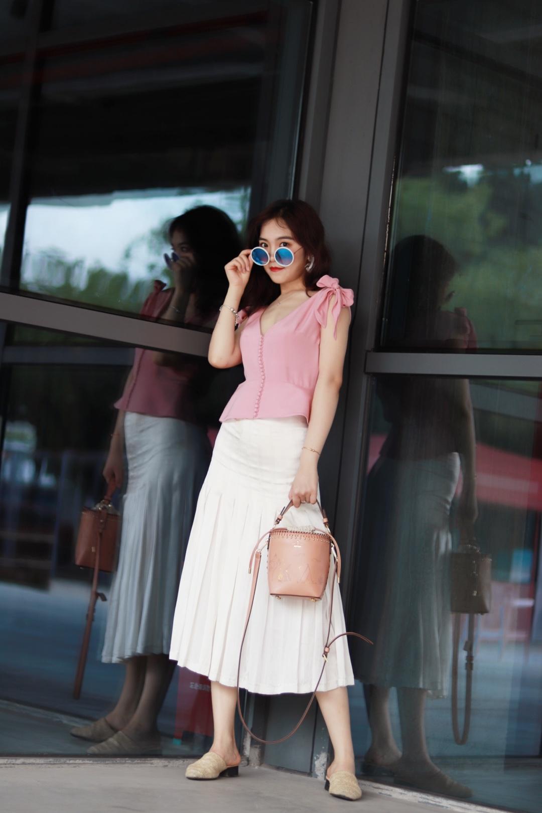 初夏一条真丝百褶裙和粉色系带小背心,就能让你的夏天很甜蜜哦!#我的夏天够瘦够美够清凉# 收腰复古款的小背心、能把腰线卡出来的同时,也能隐藏巨胯、可以说是梨形身材的MM一个很好搭配的单品了!配上少女感十足的半裙、完爆这个夏天!