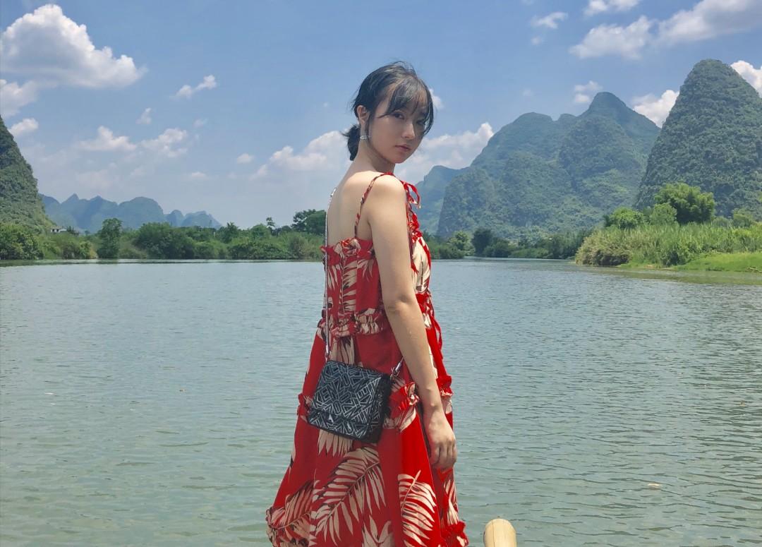#度假风穿搭指南,请收好!#红色的衣服是让你在茫茫人海的景点中成为亮眼的那一个,带有碎花的吊带不管是在海岛还是古镇都可以与景色相配,拍出的照片也很好看哦,买了这条裙子之后我就开始大爱红色了,嘻嘻😊。