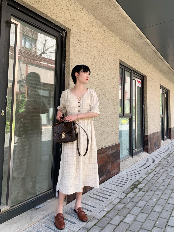 法式优雅的小裙子,领口线条很美,露出天鹅颈,杏色格纹很有气质,穿上它去喝茶咯#今天,是小甜剧女主本人#