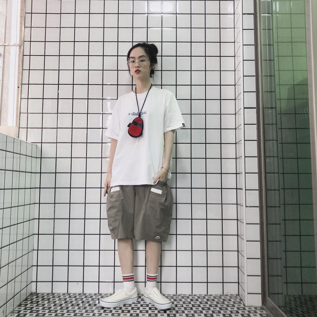 简单的白色字母T搭配一条登山裤 清爽的夏日穿搭~#什么神仙裤子解救了155的我#