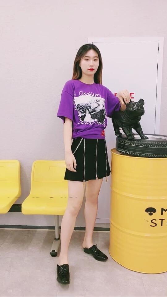 julie look & 172cm 52kg 特别好看的紫色T一眼就爱上 可盐可甜本T啦 搭配裙子可爱中又有气场! #这波初夏穿搭,超A!#