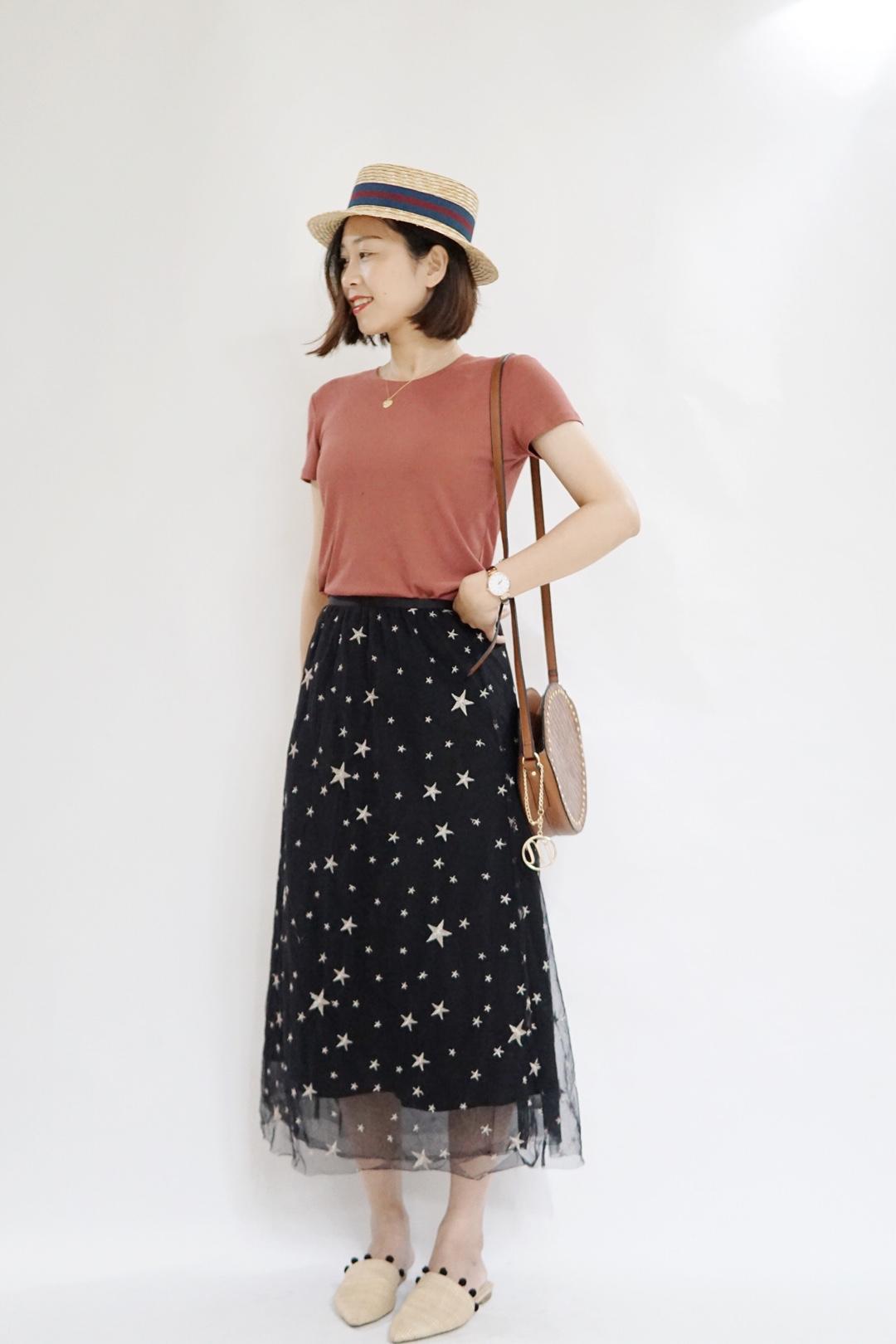 #夏日不用减肥也能显瘦?#不得不说,T恤在夏天真的是必不可少的单品!可塑性非常之强,各种风格都能hold住。我搭配了星星半身裙,与棕色包包,色系完美融合,而且超显瘦!