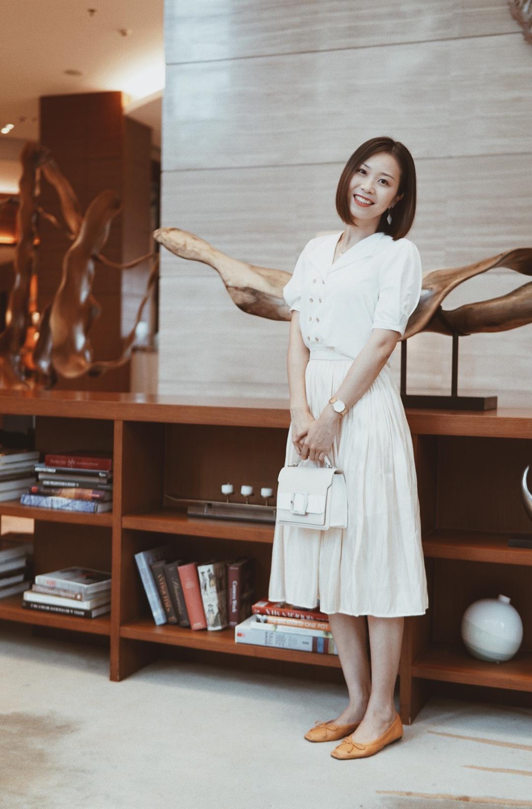 #今天,是小甜剧女主本人#超级温柔的一套,太美咯!白色衬衫很复古,搭配了香槟色光泽半裙,气质爆棚!小包搭配上,超甜!