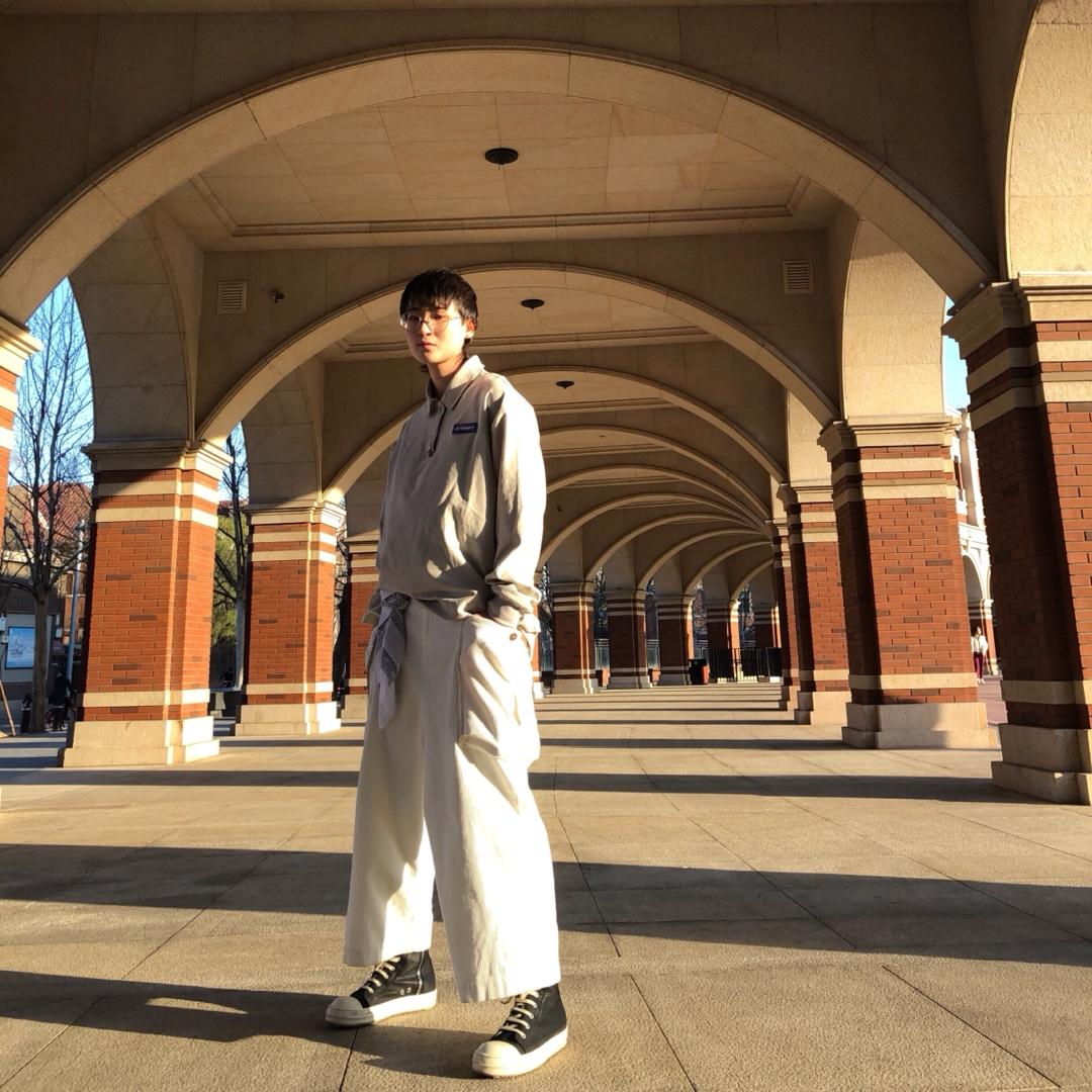 #夏日不用减肥也能显瘦?# 这个季节穿长袖刚刚合适啊, 上身灰色POLO衫非常的阳光☀️下身搭配同样色系的白色宽松阔腿工装裤,最后配上一双黑色的RO整个人气质UP🆙 走在街上我就是最🆒的崽😎