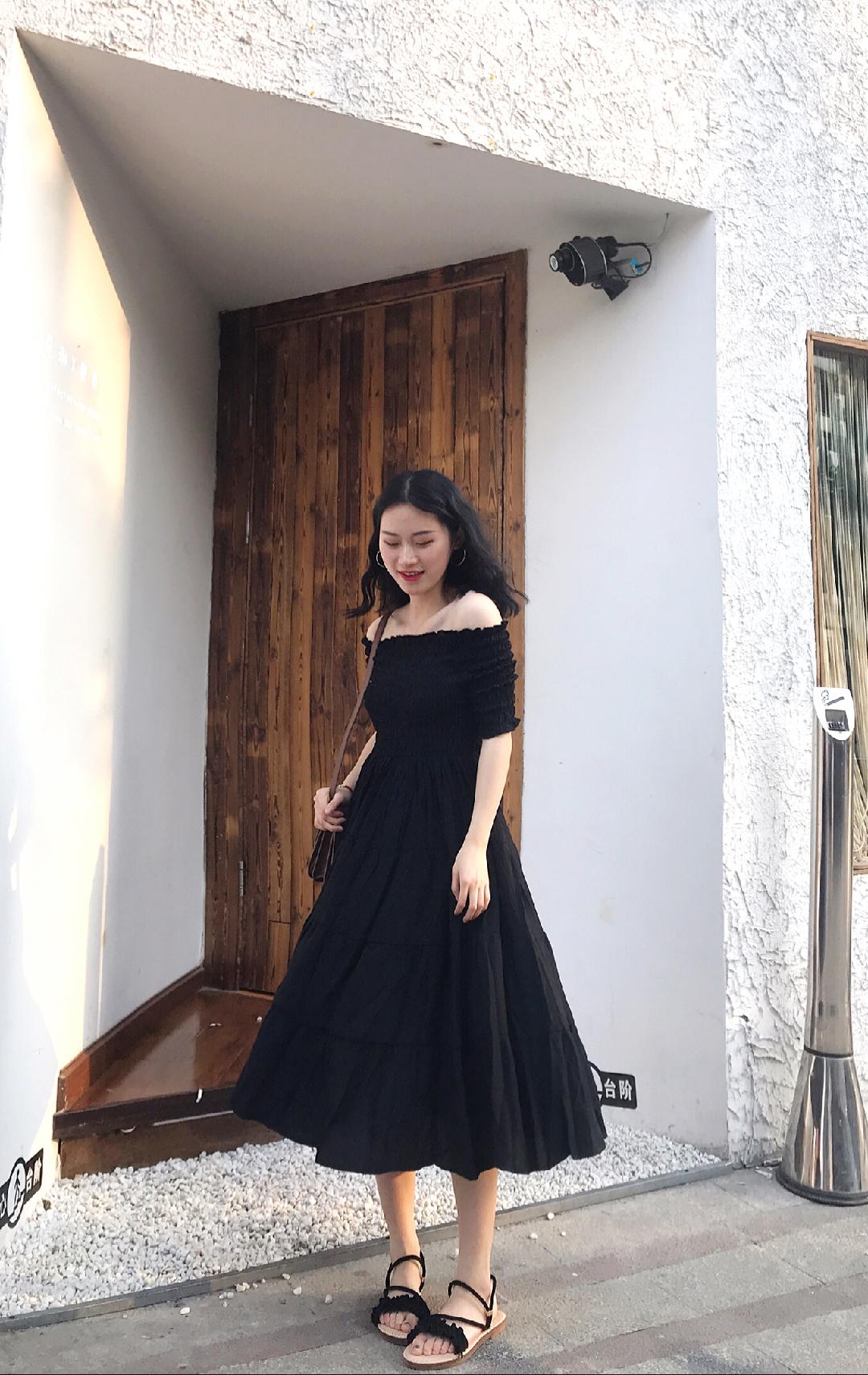 #偷师网红小姐姐,满分穿搭预定!# 南瓜穿搭 🔗 小谷粒这条裙子真的太适合我这种微胖mm了 一字肩的设计不要太显瘦哦 加上蓬蓬的裙摆也是很好看呀 而且上面松紧的设计真的显身材