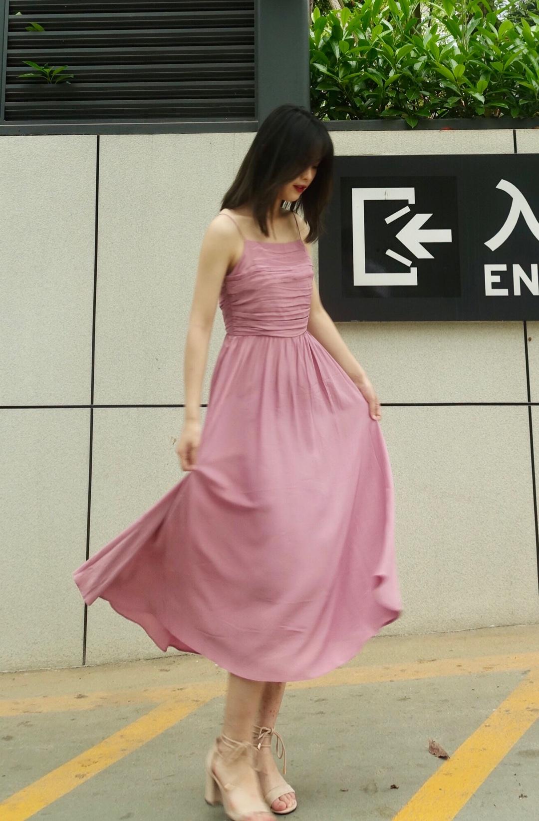 #仙女长裙,我心动了!# 💕女孩子都应该要拥有一条长裙💕 炎炎夏日选择一条吊带长裙是一个不错的选择 裙子的颜色是藕粉色 穿在身上超级的温柔 (自己都要被自己温柔死了🙊) 鞋子可以搭配一双绑带的米色的高跟鞋👠 最后背一个偏米色系的包包就OK啦
