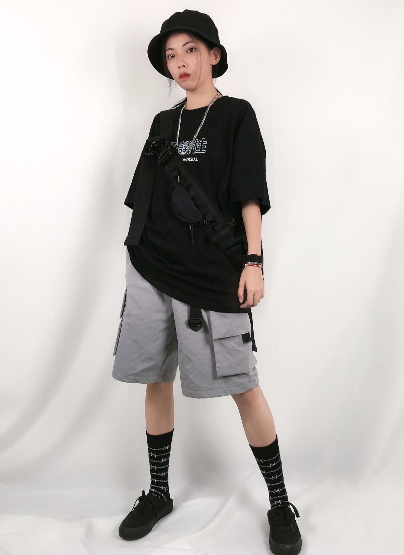 #overzise显高显瘦,时髦我有!# 🖤ash穿搭分享🖤 这件上衣超级百搭,布料超级舒服 裤子给了我惊喜,这种灰色直筒短裤也不会显得小腿很黑,反而把小腿显得很直,搭配黑色上衣很酷。加上不会很短那种,如果太短就和平常的那种裤子差不多了,也会被人说蹦迪族搭配超短裤~这一套加上黑色长袜就比较适合夏天啦 最后别忘用包包帽子小饰品点缀一下啦