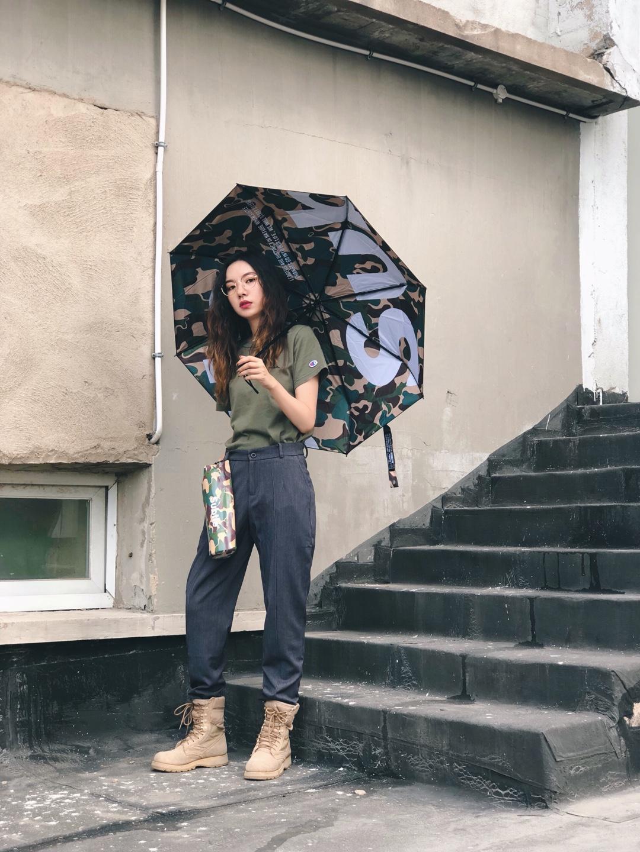 #假胯宽这样穿,腿长又瘦# 短袖:Champion(门店购入) 裤子:Proteus(链接失效) 鞋子:Rothco 伞:Subtle 上周末参加音乐节,想要穿一套酷酷的风格,考虑到好几次都下雨的惨痛经历,索性准备一把能作为搭配单品的雨伞。迷彩颜色雨伞搭配上身军绿色T恤,本着上短下长的原则裤子我选择了灰色阔腿裤,又显腿长又显瘦,整体搭配有点点军装味道,最后穿上rothco美国军靴,一身搭配完美出街~👽