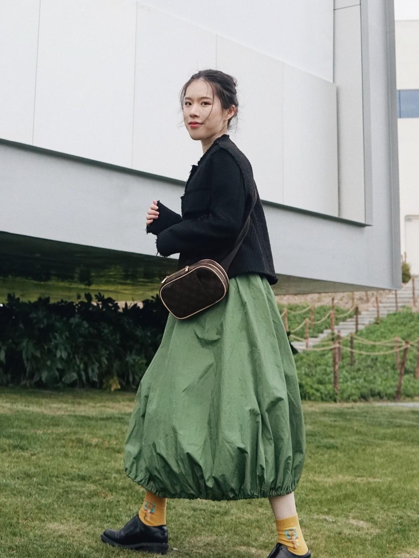 #仙女长裙,我心动了!# 绿裙子超级应景!遮肉又好看~搭配黄色向日葵袜子做这个季节最仙的女孩!