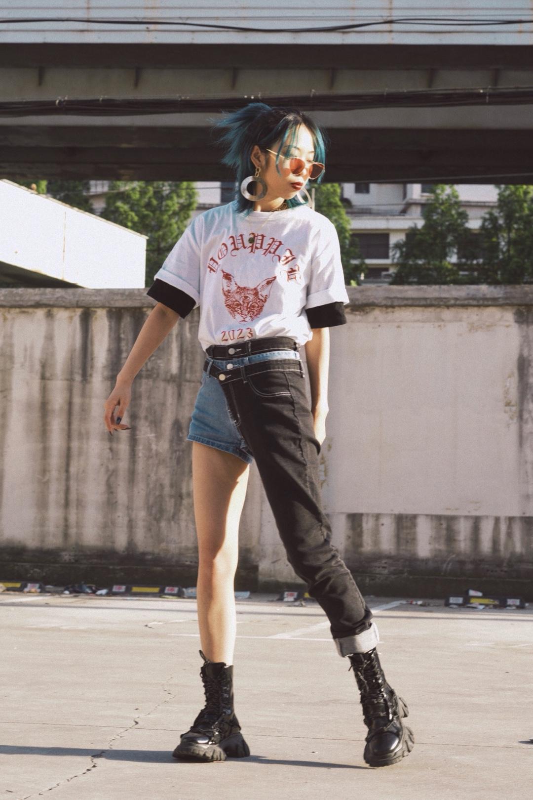 🏙美式街头穿搭🏙 穿上这一套感觉自己行走在加州街头!裤子特别有亮点,可以拆卸两穿。上装是两件T恤的叠穿,在春夏交替季节,增加层次感又不会热。哥特文字和印花小猫都为整体带来了满满的街头感!#分享T恤的100种穿法#