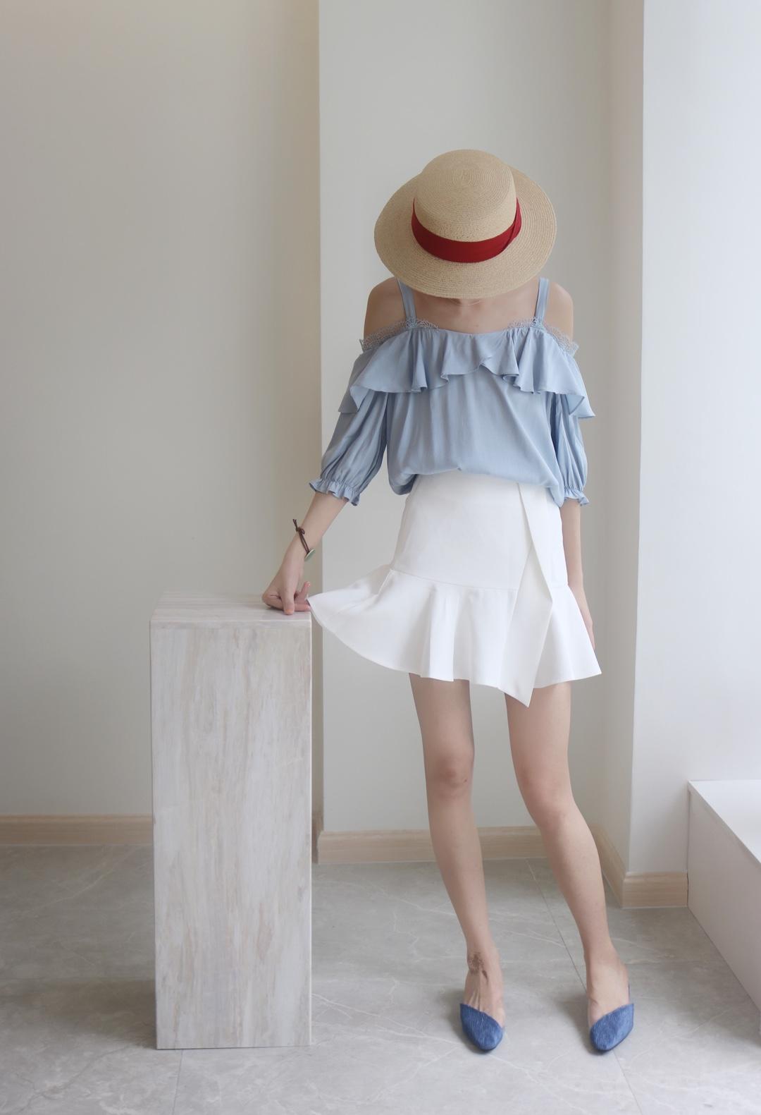 #夏日显白穿搭最全攻略# 这双鞋隔壁有pvc元素 隐形了 哈哈哈 所以鞋子不会掉 同时视觉延长双腿 🔥 短裙也是显腿长的 微微的裙摆 增添女人味🌹 还有荷叶边的吊带上衣 小仙女的单品哦💫