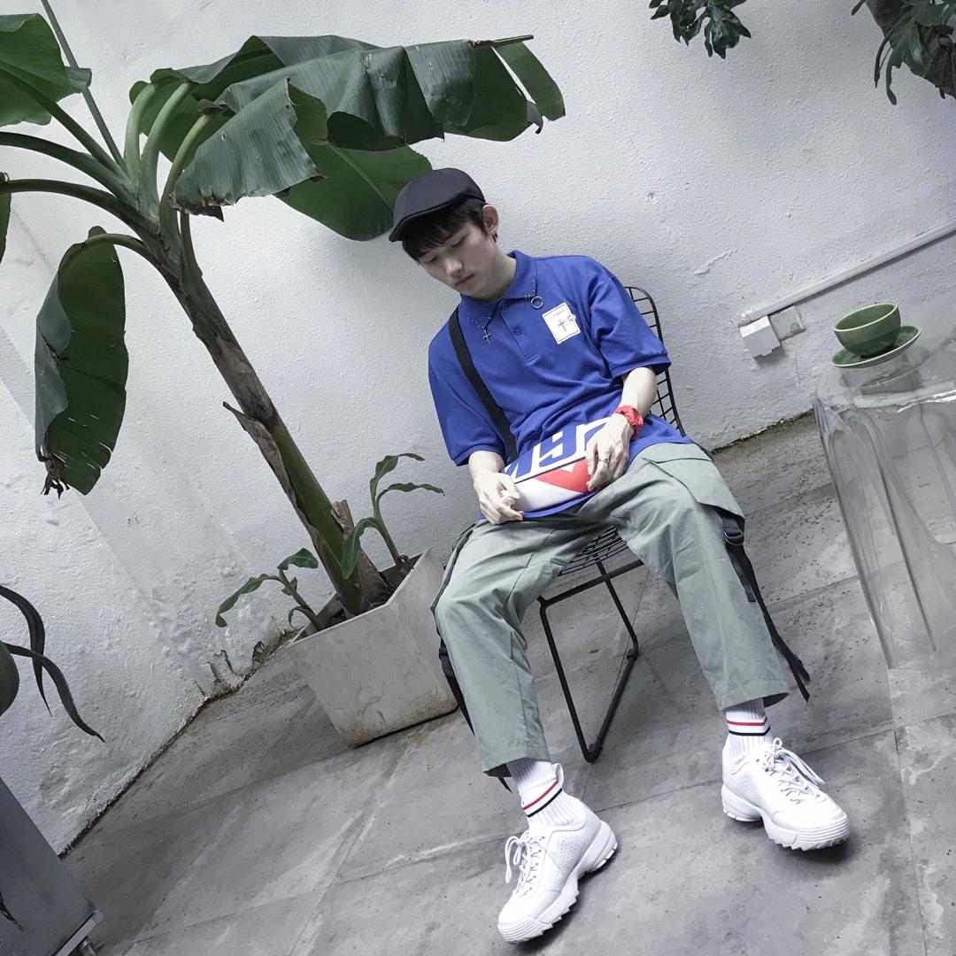 上衣是韩国设计师品牌clut studio 比较经典的设计款,领子上的挂件很有个性,背后的印花也很好看,非常唯美的人物画 裤子是比较百搭的军绿工装裤,飘带的设计丰富可看细节#夏日显白穿搭最全攻略#