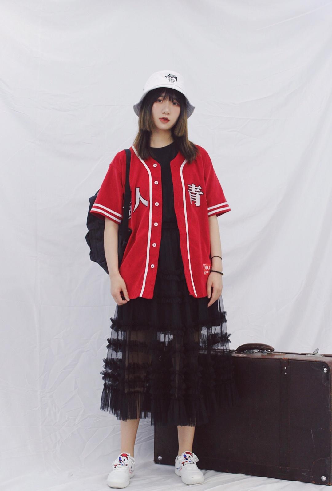#overzise显高显瘦,时髦我有!#  很具有自己风格的华人青年红色上衣 棒球衫的短袖设计 后背的刺绣都是特色 搭配网纱裙也丝毫不会减少帅气的感觉 配饰选择渔夫帽和双肩包 使整体看起来更随意