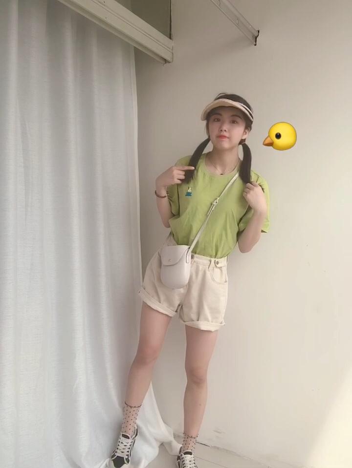 #夏天就要做个甜到冒泡girl# 【今日look】 👕一个橄榄绿T恤 大大的 可以弄到里面 很可爱的搭配👧🏻 👖下面配一个宽松的短裤 是收腰的设计 但是很宽松 完美的遮住大腿 和屁股 显的人很可爱 很娇小哦 小个子必备穿搭 学起来