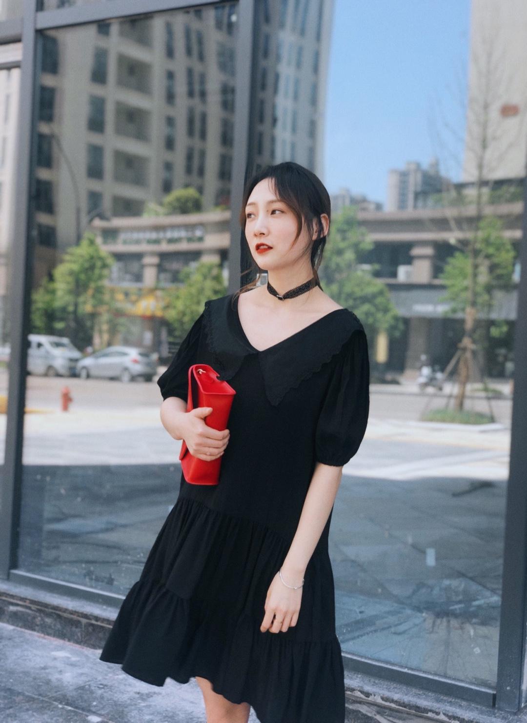 #夏乏的我只穿one piece!#  天热了喜欢穿这种one piece 一件就出门很方便 宽松的设计带有小黑色蕾丝领 俏皮可爱 因为领子有点大配了一条choc很时髦 泡泡袖和宽松的下摆都很显瘦 黑色搭配红色的手包和红色的小单鞋呼应 方便又洋气❤️
